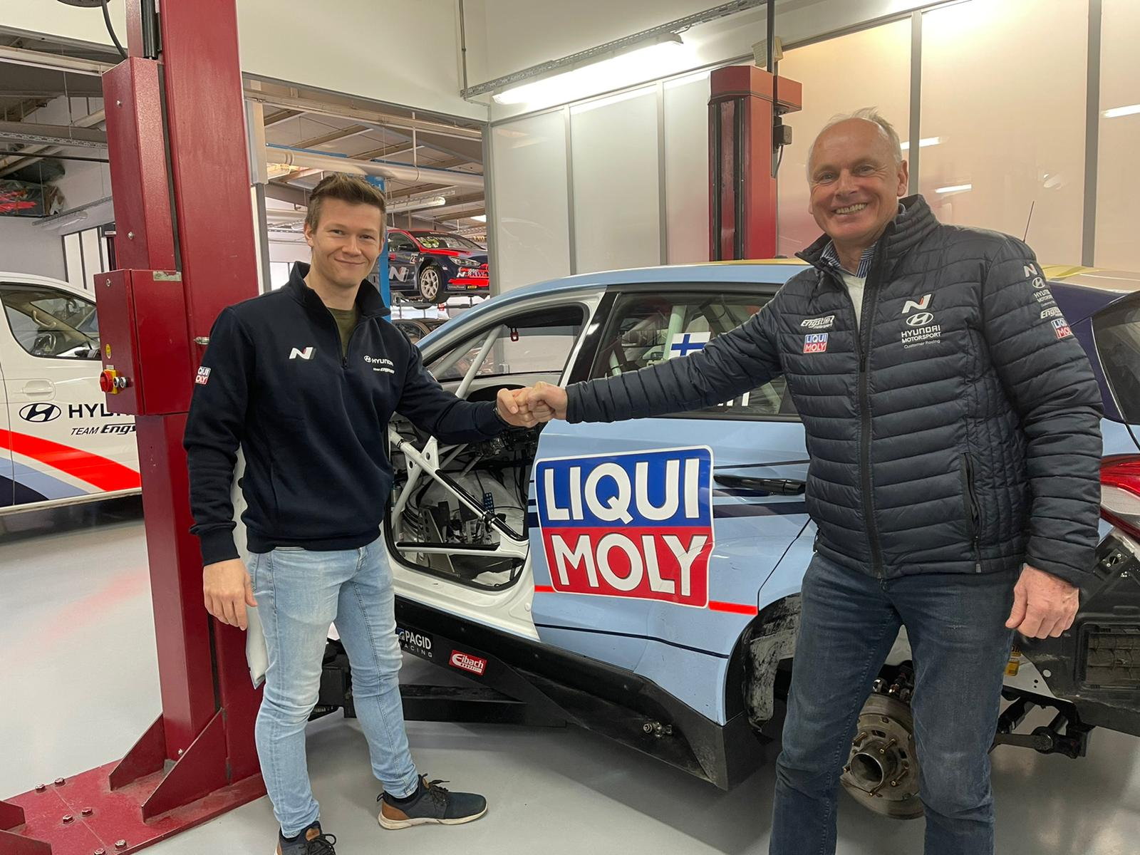 Martin Andersen bliver en del af det store tyske Hyundai-team, Team Engstler. Ejer Franz Engstler glæder sig over aftalen, som sikrer teamet et nyt, stærkt kort på hånden til ADAC TCR Germany. Foto: Andersen Motorsport